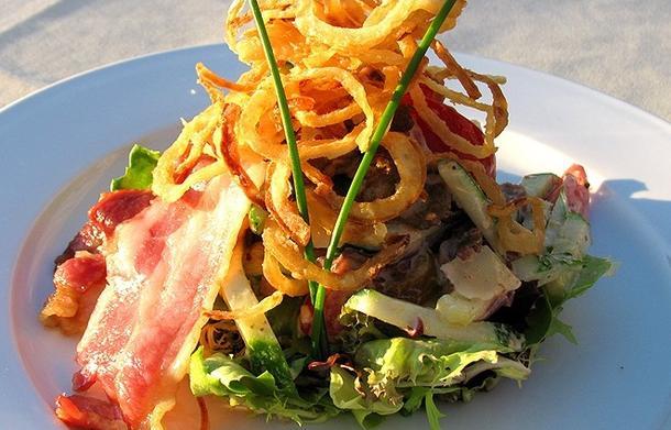 Салат с  языком, беконом, луком фри